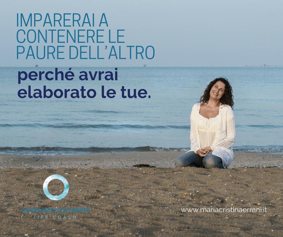Mariacristina coach in riva al mare con frase: Imparerai a contenere le paure dell'altro perchè avrai elaborato le tue.