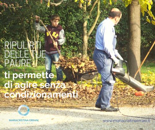 Nonno e nipote che raccolgono le foglie con frase: ripulirti delle tue paure ti permette di agire senza condizionamenti