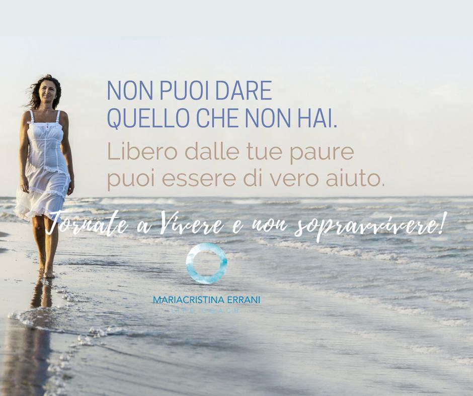Mariacristina coach cammina in riva al mare con frase: non puoi dare quello che non hai, libero dalle tue paure poi essere di vero aiuto. Tornate a vivere e non sopravvivere!