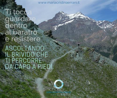 Montagne a strapèiombo con sentiero e frase: ti tocca guardare dentro al baratro e resistere ascoltando il brivido che ti percorre da capo a piedi.