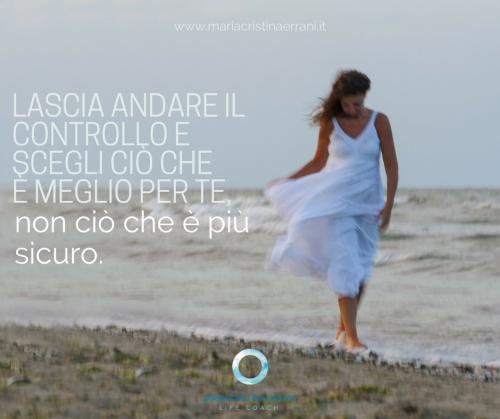 Mariacristina coach integrato in riva al mare con vento e frase: lascia andare il controllo e scegli ciò che è meglio per te, non ciò che è più sicuro.