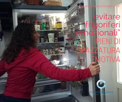 """Mariacristina coach guarda nel frigo con frase: evitare """"frigoriferi emozionali"""" pieni di spazzatura emotiva."""