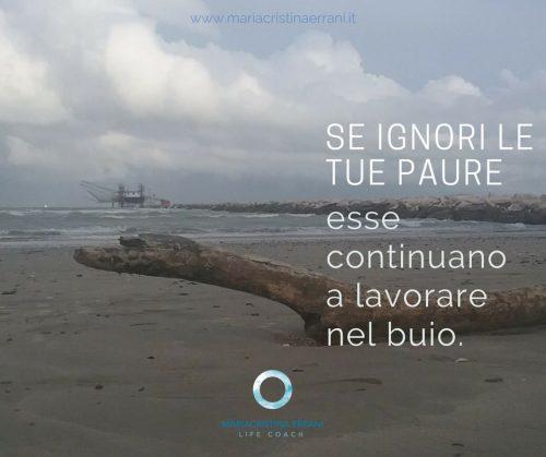 Spiaggia invernale con frase: se ignori le tue paure esse continuano a lavorare nel buio.