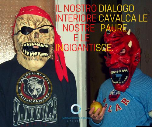 Bambini con maschere di paura con frase: Il nostro dialogo interiore cavalca le nostre paure e le ingigantisce.
