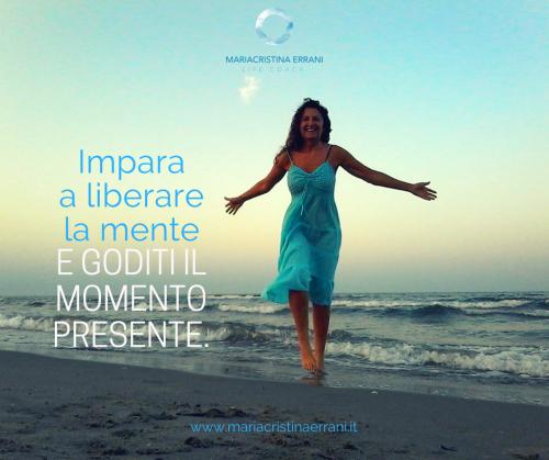 Mariacristina coach in riva al mare con frase: impara a liberare la ment e goditi il momento.