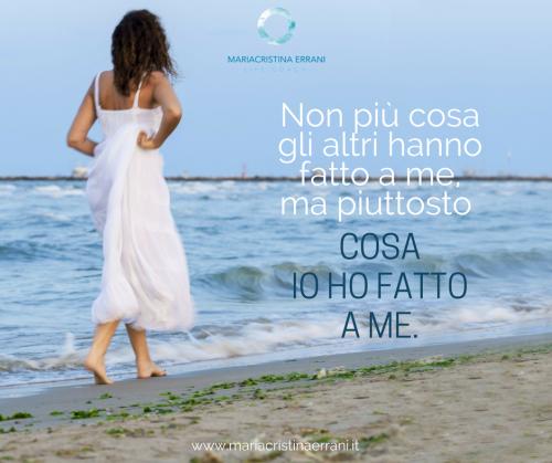 MAriacristina coach cammina di spalle in riva al mare con frase: non più cosa gli altri hanno fatto a me, ma piuttosto cosa io ho fatto a me.