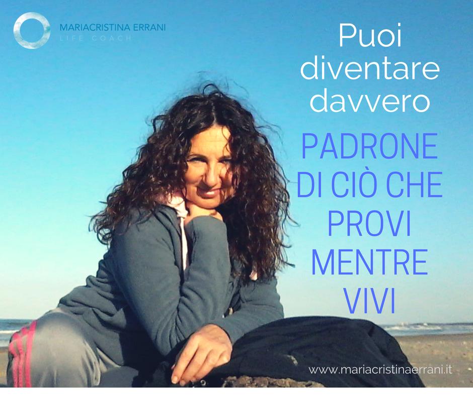 Mariacristina coach che sorride con frase: Puoi diventare davvero padrone di ciò che provi mentre vivi.
