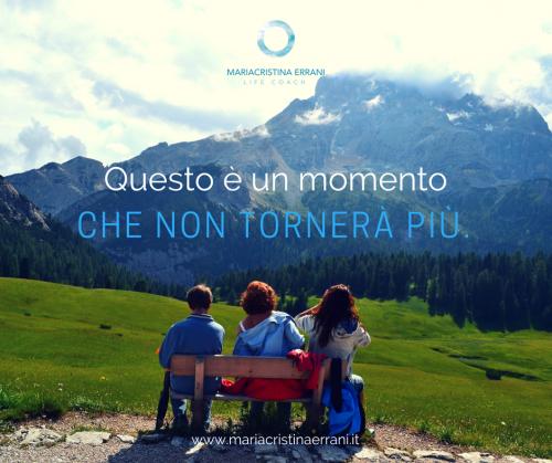 Tre persone di spalle su una panchina di fronte alle montagna con frase: questo è un momento che non tornerà più.