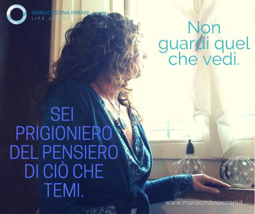 Mariacristina coach alla finestra con frase: Non guardi quel che vedi. Sei prigioniero del pensiero di ciò che temi.