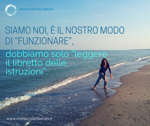 """Mariacristina coach in spiaggia con frase: siamo noi, è il nostro modo di funzionare, dobbiamo solo """"leggere il libretto delle istruzioni""""."""