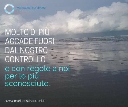 Spiaggia dopo il temporale con frase: molto di più accade fuori dal nostro controllo e con regole per lo più a noi sconosciute.