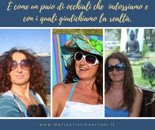 Mariacristina coach con diversi occhiali e frase: è come un paio di occhiali che indossiamo e con cui giudichiamo la realtà.