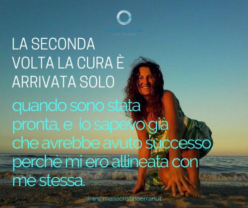 Mariacristina coach in riva al mare al tramonto con frase: la seconda volta la cura è arrivata solo quando sono stata pronta e io sapevo già che avrebbe avuto successo perchè mi ero allineata con me stessa.