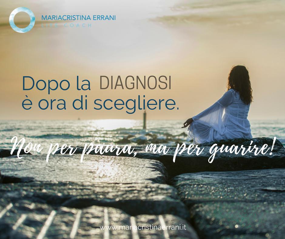 Mariacristina coach sugli scogli all'alba con frase: dopo la diagnosi è ora di scegliere. Non per paura, ma per guarire!