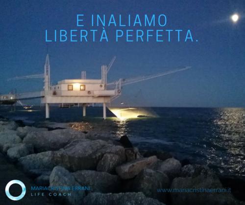 Capanno da pesca con la luna e frase: e inaliamo libertà perfetta.