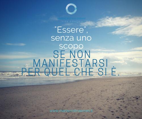 """Spiaggia deserta con frase: """"essere"""", senza uno scopo, se non manifestarsi per quel che si è."""