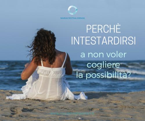 Mariacristina coach seduta di spalle in riva al mare con frase: perchè intestardirsi a non voler cogliere la possibilità?