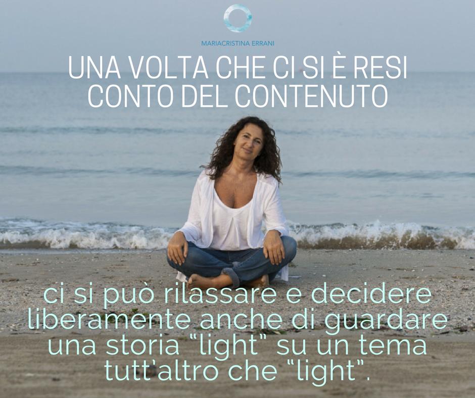 """Mariacristina coach seduta in spiaggia con frase: una volta che ci si è resi conto del contenuto ci si può rilassare e decidere liberamente anche di guardare una storia """"light"""" su un tema tutt'altro che """"light""""."""