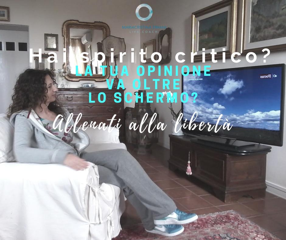 Mariacristina coach in poltrona guarda la tv con frase: Hai spirito critico? La tua opinione va oltre lo schermo? Allenati alla libertà.