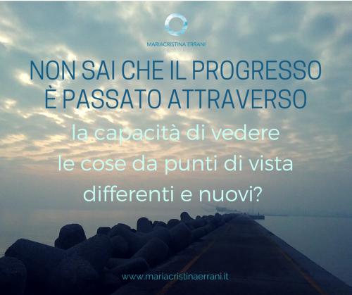 Molo deserto in mezzo al mare con frase: Non sai che il progresso è passato attraverso la capacità di vedere le cose da punti di vista differenti e nuovi?