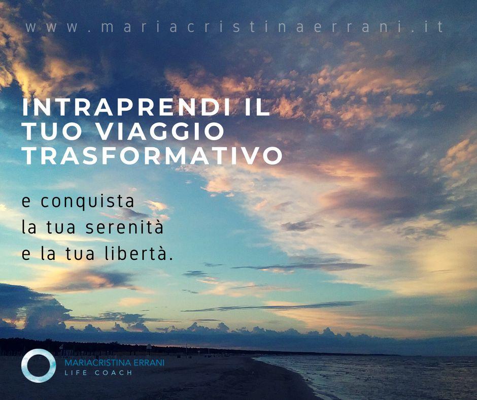 Tramonto in spiaggia con frase: intraprendi il tuo viaggio trasformativo e conquista la tua serenità e la tua libertà.
