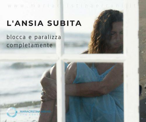 Mariaccristina life coach dentro lo specchio in riva al mare con frase: l'ansia subita blocca e paralizza completamente.