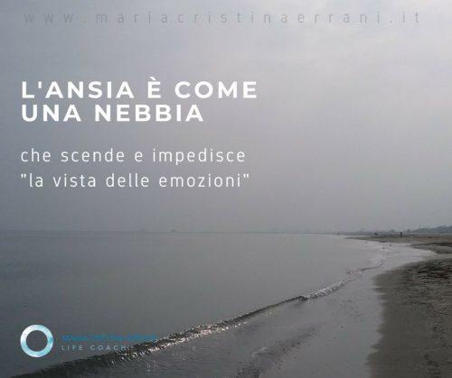 Spiaggia nebbiosa con frase: l'ansia è come nebbia che scende e impedisce la vista delle emozioni.