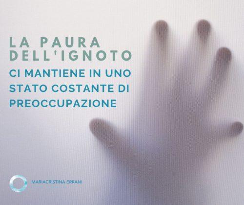 Mano di Mariacristina Errani life coach dietro un telo: la paura dell'ignoto che sta alla base della nostra preoccupazione