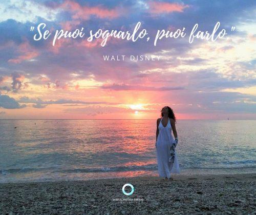 Mariacristina Life coach all'alba in riva al mare con frase: Se puoi sognarlo, puoi farlo.