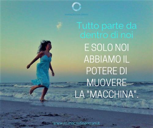 """Mariacristina coach corre in riva al mare con frase: tutto parte da dentro di noi e solo noi abbiamo il potere di muovere la """"macchina""""."""