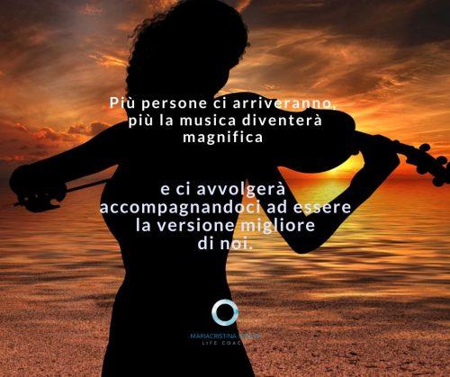 Silouette di donna che suona il violino al tramonto con frase: più persone ci arriveranno più la musica diventerà magnifica e ci avvolgerà accompagnandoci ad essere la versione migliore di noi.