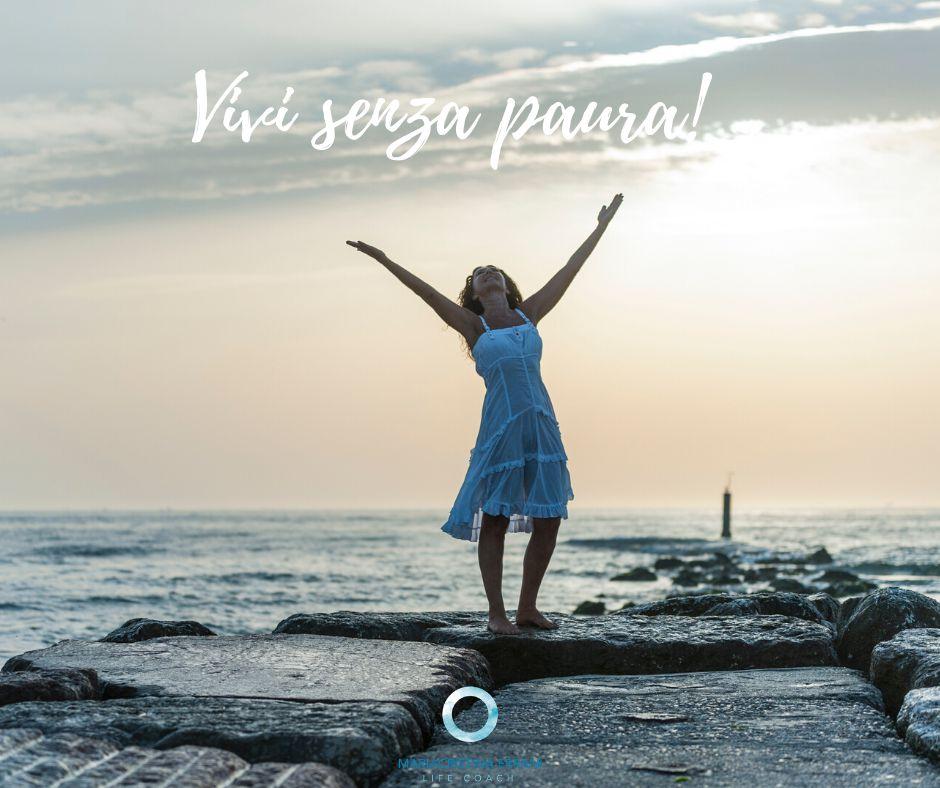 Mariacristina life coach con le braccia al cielo: Vivi senza paura!
