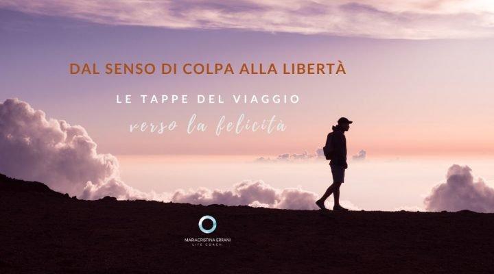 Uomo che cammina tra le nuvole con scritta: dal senso di colpa alla libertà, le tappe del viaggio verso la felicità