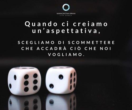 Dadi da gioco con scritta: quando ci creiamo un'aspettativa scegliamo di scommettere che accadrà ciò che noi vogliamo.