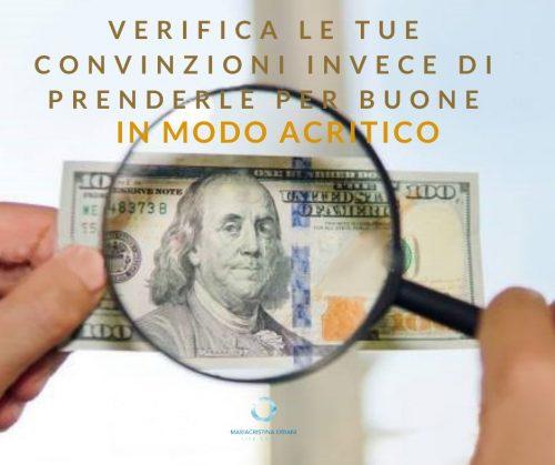 banconota con lente e scritta: verifica le tue convinzioni invece di prenderle per buone in modo acritico