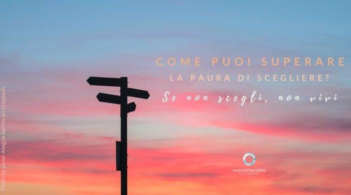 Cartelli di direzione al tramonto con frase: come puoi superare la paura di scegliere? Se non scegli, non vivi.