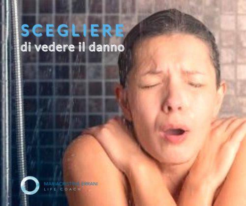 Ragazza sotto doccia gelata con frase: scegliere di vedere il danno